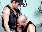 Baise hard entre quadragénaires ! Cuir, chaines et domination ! porno video gay