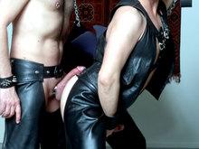 Lionel et André trippent façon BDSM ;-) ! Cockring et cuir !