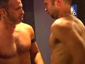 Plan baise dans les chiottes d'une boite parisienne sexe video gay