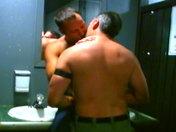Plan baise dans les chiottes d'une boite parisienne porno video gay