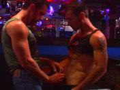 Partouze de mecs chauds dans un bar parisien !!! porno video gay
