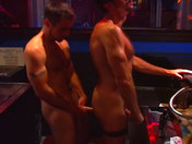 Partouze de mecs chauds dans un bar parisien !!! video x gay
