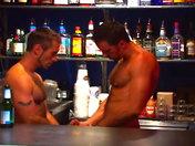 Partouze de mecs chauds dans un bar parisien !!! sexe video gay