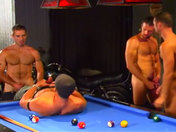 Partouze de keums sur 1 Billard ! Queues, boules et trous ! sexe video gay