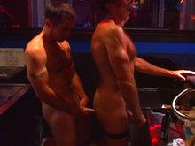 Partouze de mecs chauds dans un bar parisien !!!