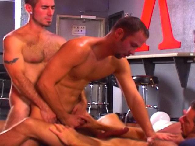 Orgia di uomini caldi in un bar !!!