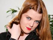 Una retro-gótica se hace explorar el ano por un gamberro video xxx
