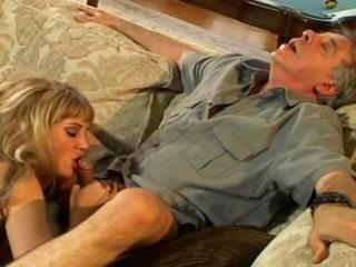 Femme mure éjacule et mouille son canapé !!!