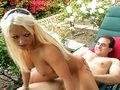 Femme mure fontaine enculée dans le jardin !