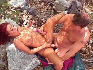 Amatrice excitée ! Ejac féminine en forêt !!!