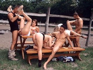 Etudiantes partouzées au centre équestre ! 3 filles + 3 mecs