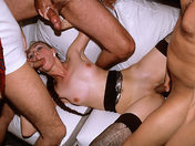 ¡Gang bang para una chica borracha! video sexo