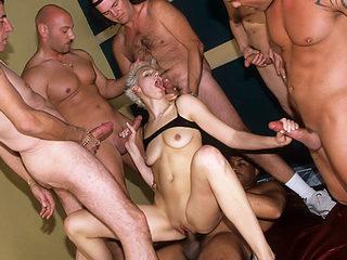 Восемь мужиков на одну порно