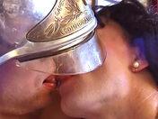 Vidéo en Français: Le travelo s'occupe du pompier! video x gay