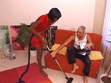 VIDEO FR : Belle travelo black aux soins avec son keum