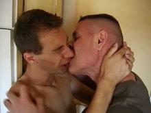 Rencontre un gay dans un bar, sur ta figure il te jutera!