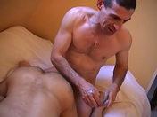 Il lui enfonce sa bite profond dans la gorge video sexe gay