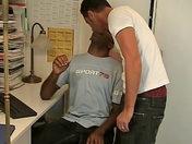 Suçage et doigtage entre un blanc et un noir video x gay