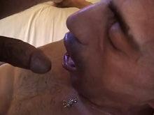 Il lui enfonce sa bite profond dans la gorge