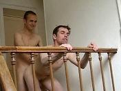 Une grosse baise tout en haut des escaliers porno video gay