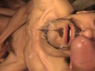 Deux inconnus tringlent dans une cave et se recouvrent de sperme