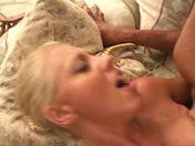 Debuttante bionda con grossi seni scopata da un negro!     video porno