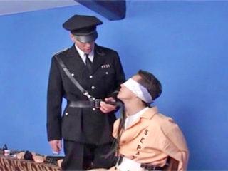 Un garde s'amuse avec son prisonnier