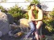 Le livreur et le client s'eclatent sous un regard pervers video sexe gay