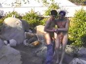 Le livreur et le client s'eclatent sous un regard pervers x video gay