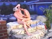 Le livreur et le client s'eclatent sous un regard pervers porno video gay