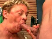Due donne mature si dividono lo stesso cazzo