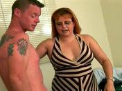 La ama de casa  de 45 años mamando a dos técnicos  videos xxx
