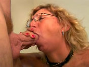 La maman suce le pote de son fils et avale son sperme !!!