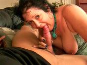 Madurita pide esperma en la garganta y en la boca video porno