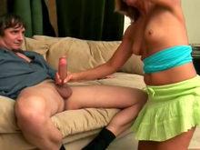 La salope mature se pourlèche les babines de sperme