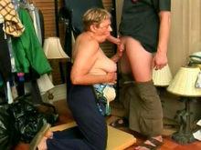 Deux femmes matures se partagent une même queue
