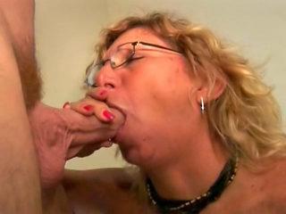 La maman suce le pote de son fils et avale son sperme 5