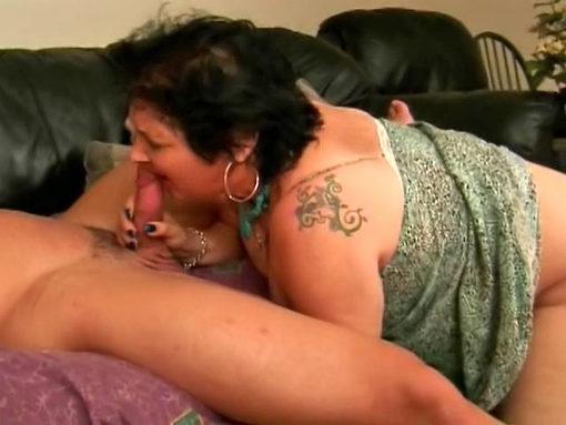 Vieille mémé réclame du jus sur la gueule et dans la bouche video sexe