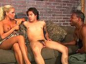 Elle leur astique le cul avec son matériel video sexe gay