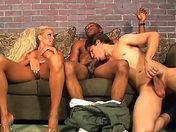 Elle leur astique le cul avec son matériel x video gay
