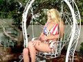 Blonde patriote siliconée se gode dans le jardin !