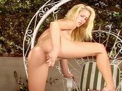 Blonde patriote silicon�e se gode dans le jardin !