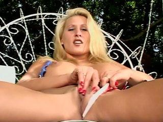 Zana : Blonde patriote siliconée se gode dans le jardin !