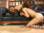 Due dominatrici lesbiche giocano con i loro dildo video porno