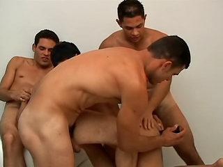 Antonio se fait secouer par ses trois potes. Ca nique de partout !