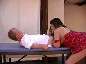 ¡Alfonso, el enano a todo hacer tiene la polla bien tensa!  sexo video