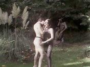 Deux belles lesbiennes se bouffent la chatte dehors