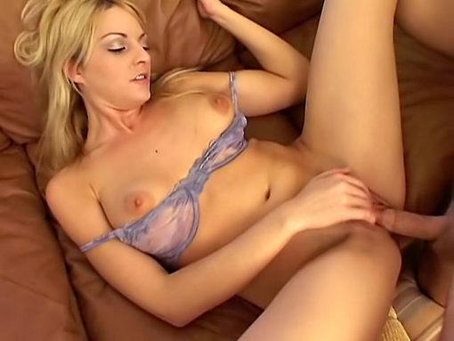 Mâture qui nÂ'arrête pas de branler son clito quand elle baise!