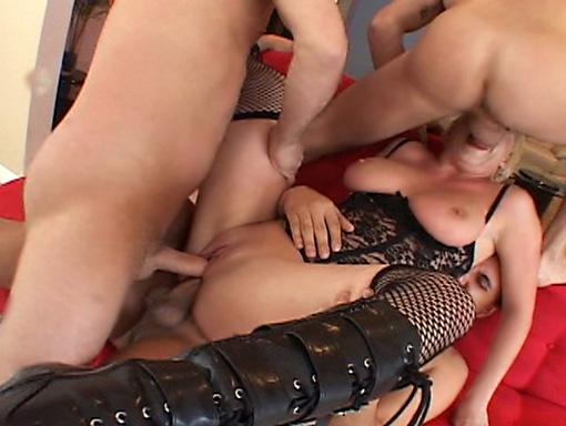 Une super cochonne fait cracher trois bites bien juteuses... video sexe