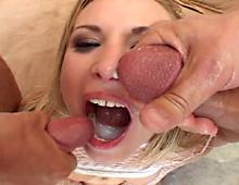 Blonde coquine adore déguster des fluides…